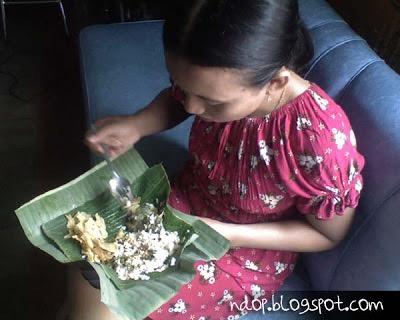 mbak nurul fauziyah makan nasi pecel mbok Iro