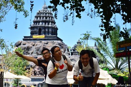 Foto di depan Miniatur Candi Prambanan