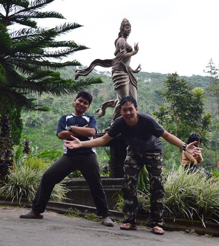 foto di depan patung roro kuning
