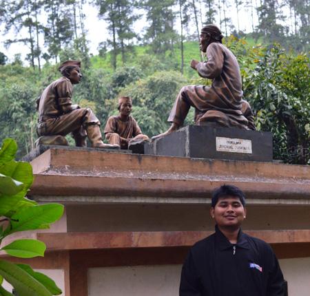 Sudirman di Monumen Panglima Jendral Sudirman