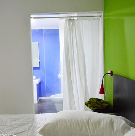 Kamar mandi ditutup tirai