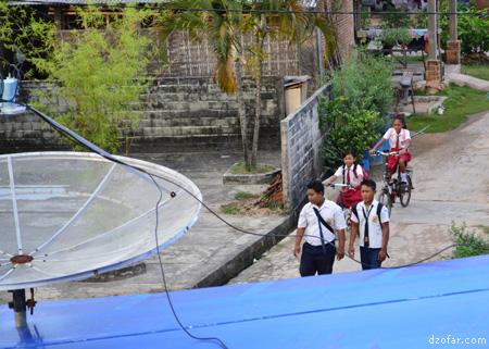 Parabola dan anak sekolah