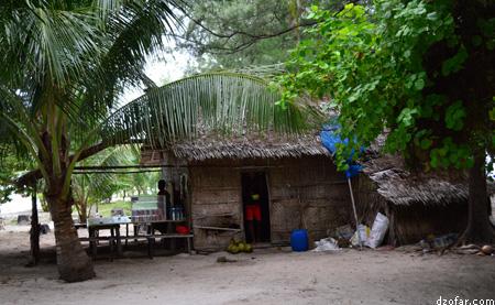 Warung minuman di Pulau Cemoro Kecil