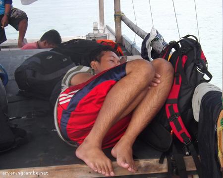 Tidur di atas perahu ah