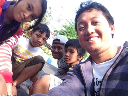 nonton Karnaval SD bersama teman sebaya