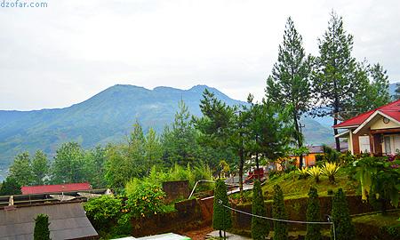 View pegunungan di depan Villa Tambi