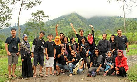 Foto bareng di pemandangan pegunungan Tambi