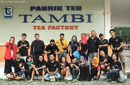 Foto bareng di pabrik teh tambi