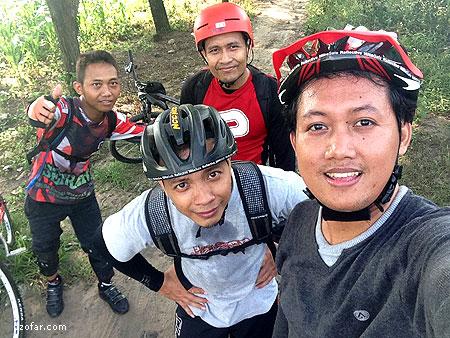 Selfie bareng di lereng kaki gunung Pandan