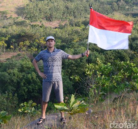 Memegang bendera di bukit cinta