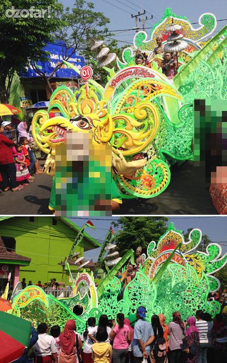Karnaval dengan mobil naga