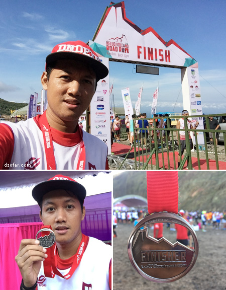 Finisher megang Medali