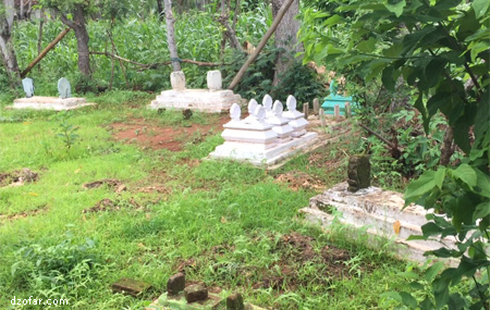 kuburan di pekarangan rumah