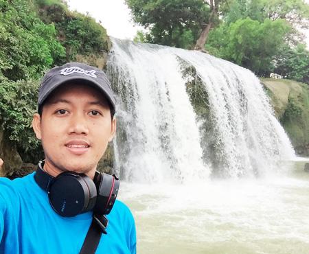 selfi di air terjun Toroan