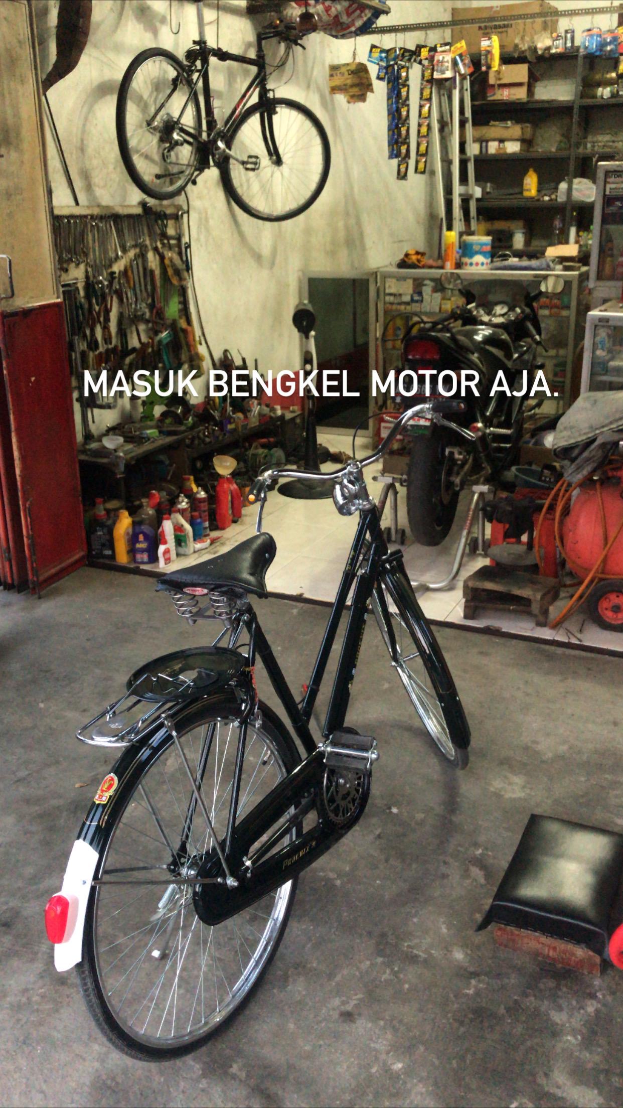 Sepeda Jengki Phoenix di bengkel motor