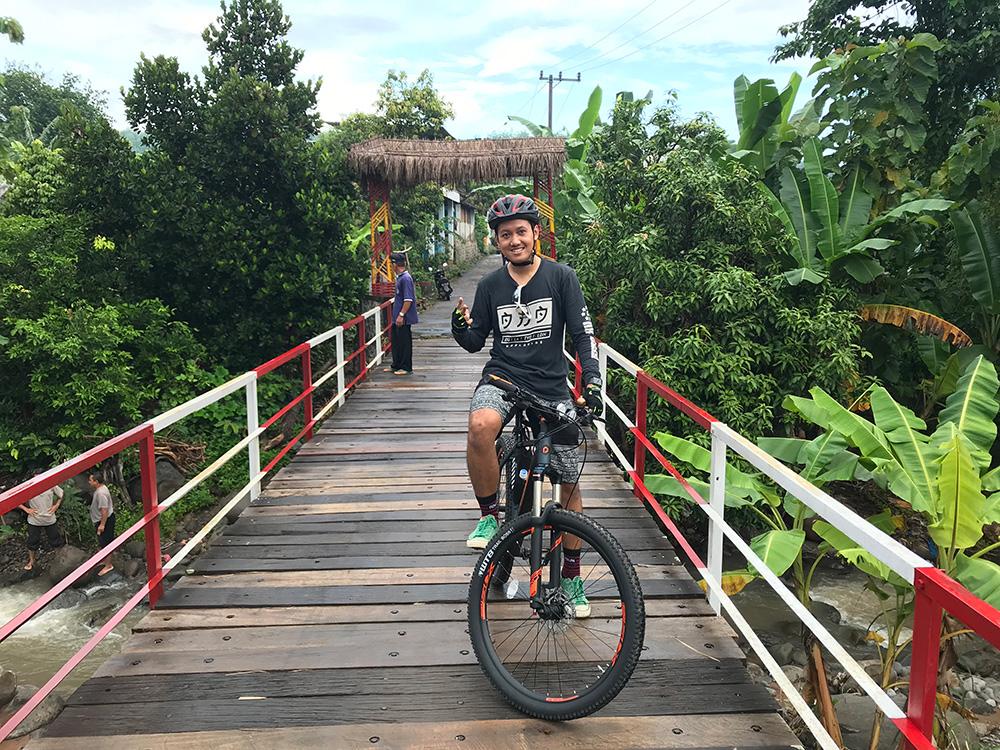 Jembatan Kampung Rambutan Sejuta Umat